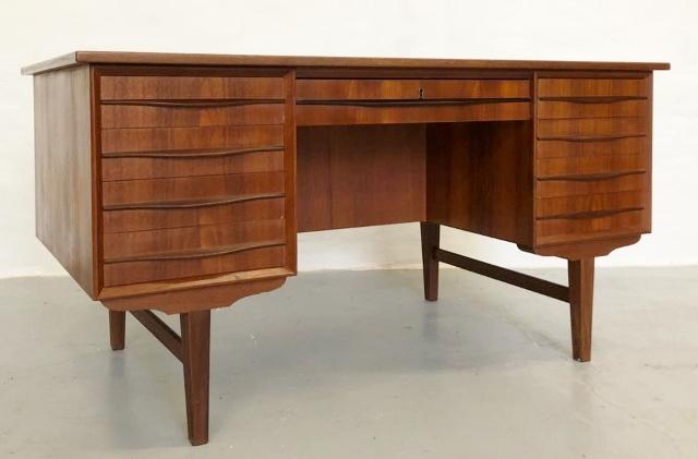 VENDIDO. Mesa de escritorio con trasera compartimentada. Teca.  143x73x73cm Dinamarca, años 60.