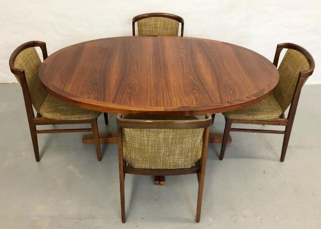 Mesa de comedor  ovalada en palosanto. 160x115cm  con extensión de 45cm. Dinamarca, años 60.